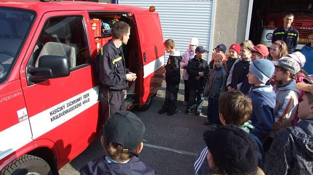 Ostroměřští žáci u hořických hasičů.