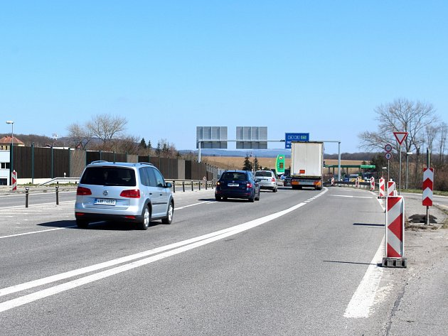 Oprava silnice I/16 Úlibice - Robousy trvala do začátku června. A s ní i omezení provozu.