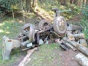 Havárie traktůrku v lese.