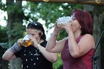 Divácky nejvděčnější soutěží bylo vypití piva na ex. Ani ženy se nenechaly zahanbit a předvedly obdivuhodné výkony.