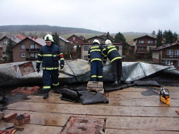 Hasiči zasahovali také na střechách poškozených větrem.