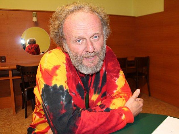 Jaroslav Dušek přijel na festival Jičín - město pohádky sMalou vizitou. Zároveň se podepsal do pohádkové kroniky a prozradil, jaký má vztah kpohádce.
