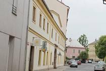 Z Komenského náměstí jsou městské lázně poměrně nenápadnou budovou. Zadní trakt je však rozsáhlý.