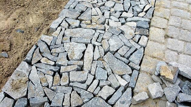 Vzorky nové zádlažby: odštěpky kamene.
