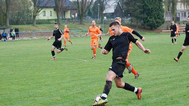 Fotbalisté Police nad Metují (v černém)