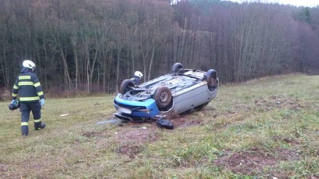 U nehody poblíž Radkyně zasahovali novopačtí hasiči i vyprošťovací automobil z jičínské stanice.