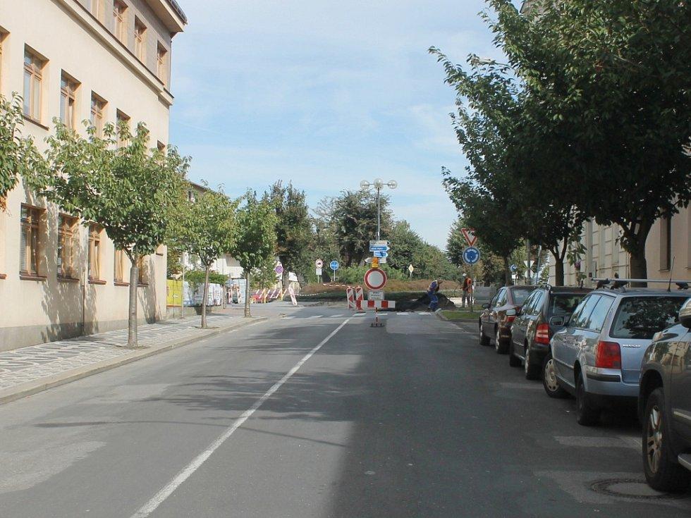 Opravy komunikací komplikují dopravu v Jičíně.