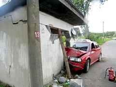 Ve středu se 24letý řidič osobního vozidla Škoda Octavia chtěl vyhnout protijedoucímu autobusu, který jel částečně v jeho jízdním pruhu. Strhl řízení, najel na nezpevněnou krajnici a zastavil se až o zděnou autobusovou zastávku. Utrpěl lehké zranění.