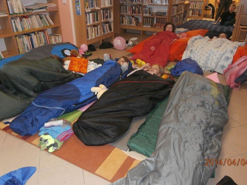 Nocování v peckovské knihovně.