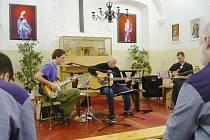 Koncert skupiny Fotrss ve valdické věznici.
