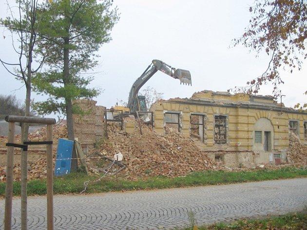 Postupné bourání další budovy jičínských kasáren.
