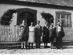 PRŮČELÍ HOSTINCE ve Mlýnci, kde se stala počátkem května 1945  popisovaná dramatická událost rodiny Čížkových. Zprava můj děda Josef, vedle něj moje matka Evička, babička Marie Čížková. Dále jsou další zaměstnanci hostince.