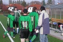 Libáňský trenér Jiří Kříž (vpravo) při přípravě mužstva na fotbalové boje.