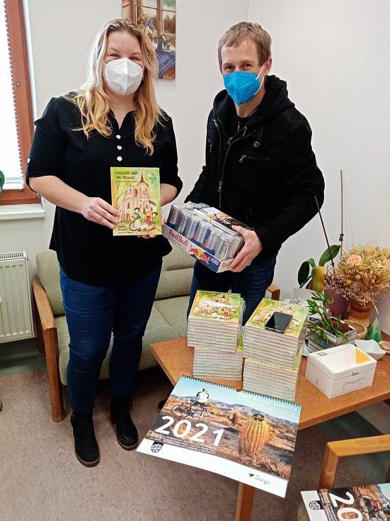 Kouzelné dary pro Nezmary, kniha, kterou Daniel Polman z Nové Paky obdaroval jičínské zdravotníky.