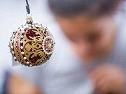 Vánoční ozdoby z Jičína v kolekci Noel inspirované obrazy Alfonse Muchy.