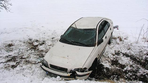 Mezi obcemi Vršce a Cholenice (Jičínsko) sjela řidička s osobním vozidlem Volvo do příkopu. Dostala smyk na rozbředlém sněhu, v příkopě se převrátila na střechu a narazila do stromu. Naštěstí ke zranění nedošlo, škoda byla vyčíslena na 61 tisíc.