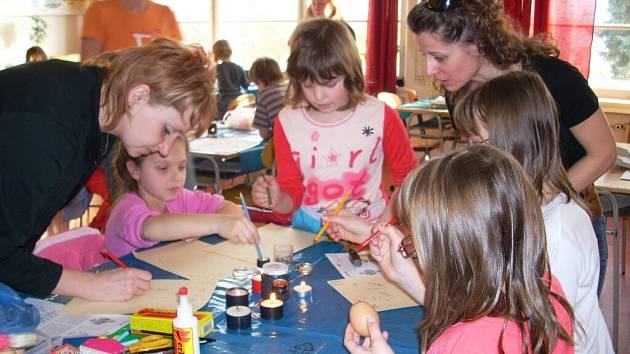 Děti s rodiči aktivně zdobily kraslice voskovou technikou a krupicí.
