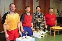 Čtyři nejúspěšnější z turnaje v Butovsi. Uprostřed  vítěz Zdeněk Horák s putovním pohárem a hodnotnou cenou.