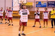 RADEK KRÁL s vlastním dresem s číslem 1000 znamenajícím počet přesných zásahů v barvách HBC Ronal Jičín.