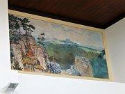 V budově jičínského nádraží byly zrestaurovány obrazy Jindřicha Procházky.