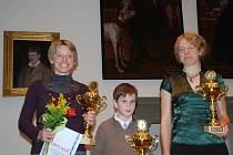 Vítězka Dana Brožková (vlevo), druhá skončila její sestra Radka Brožková. Bronzový stupínek patří Štěpánu Kodedovi, který se nemohl ze studijních důvodů slavnostního vyhlášení sportovců zúčastnit.