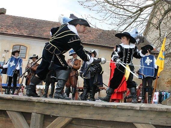 Na tradiční jarní slavnosti vína ve Starých Hradech dorazil budoucí vévoda Albrecht z Valdštejna a jeho družina.