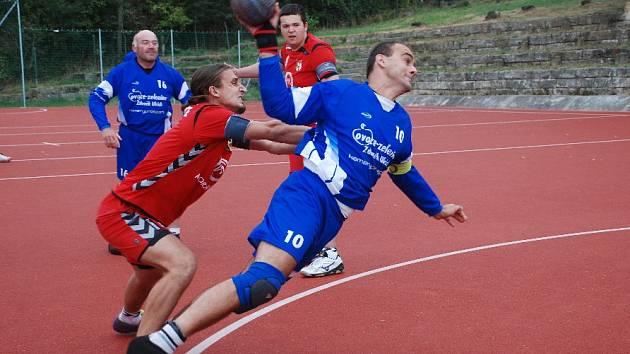 NÁRODNÍ HÁZENKÁŘI Podhorního Újezdu ukořistili na Moravě jeden bod za remízu. Na snímku situace z domácího utkání s Ostopovicemi.