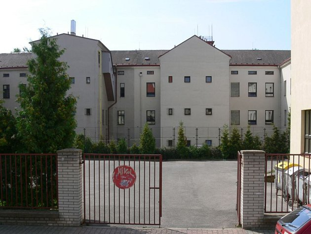 Vnitroblok I. Základní školy, kde není možné vystavět tělocvičnu.