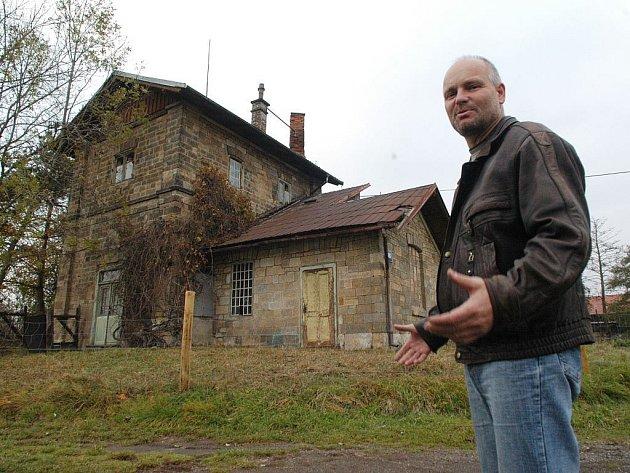 Ostroměřský starosta Tomáš Gabriel u rodného domku Eduarda Štorcha.