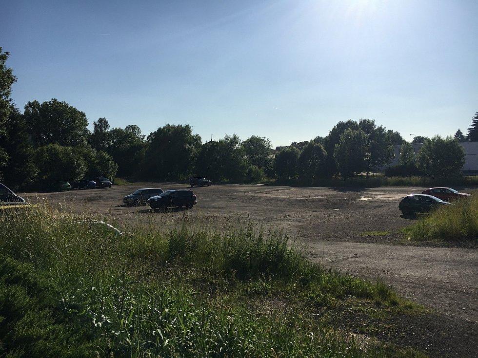 Odstavné plochy u zimního stadionu nejsou oficiálně určené k parkování. Podle vedení města je to ale dostatečné prozatímní řešení už několik let.