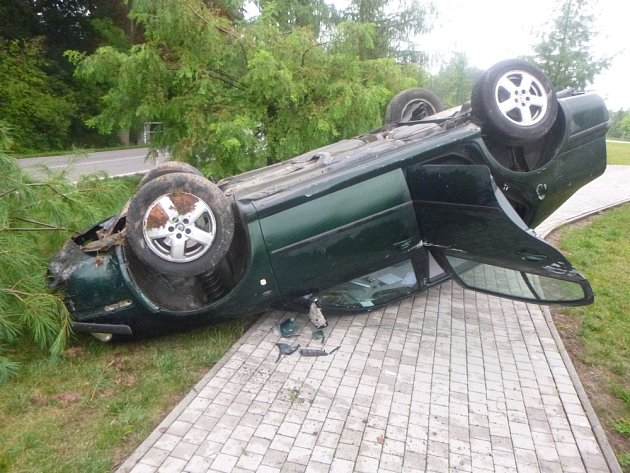 Při nehodě na okraji Bělohradu řidič vyvrátil strom a skončil sautem na střeše.