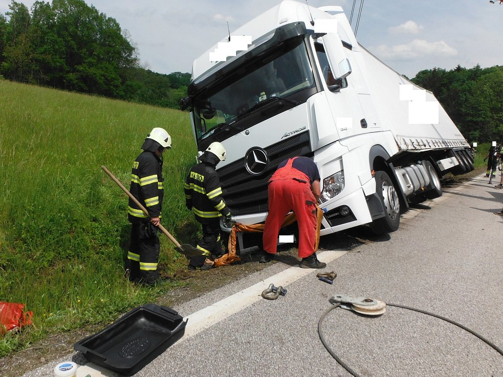 Při nehodě kamionu poblíž obce Brtev unikly z jeho nádrže desítky litrů nafty.