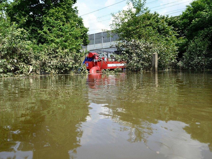 Hasiči z východních Čech pomáhají po povodních.