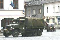 Americká vojenská auta projíždějí Hořiemi v rámci akce Mise Velichovky.