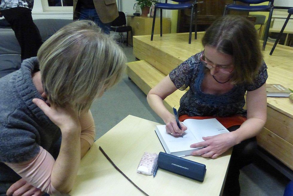 Svou knihu představila v jičínské knihovně místní autorka Jindřiška Kracíková.
