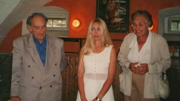 Boučkův statek, rok 2000: vernisáž výstavy Pavlíny Gardianové uvedl malíř Vladimír Komárek.