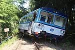 Na trati mezi Novou Pakou a Lázněmi Bělohrad vykolejil osobní vlak, který vezl šest cestujících. Nikomu se nic nestalo. Vlaky nahradila autobusová doprava. Odhadnutá škoda je 320 tisíc korun.