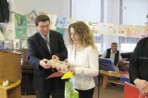 Ilona Pluhařová  přebírá 1. cenu.