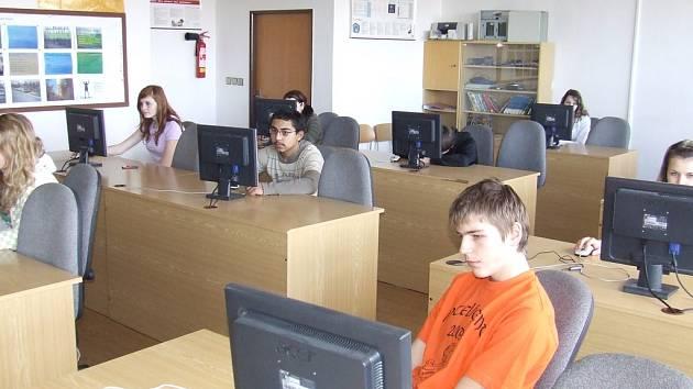 Stonožka testovala žáky v Základní škole v Hlušicích