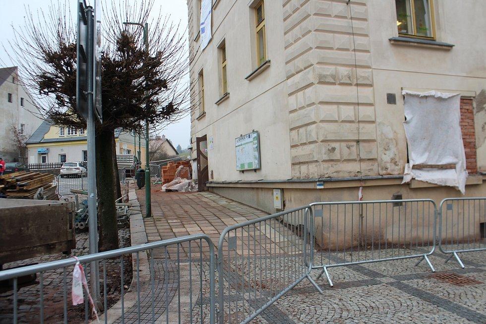Archeologové objevili v okolí farního kostela v Nové Pace  na náměstí 243 lidských koster a mnoho artefaktů. Pozůstatky z bývalého hřbitova zkoumají odborníci v Praze.