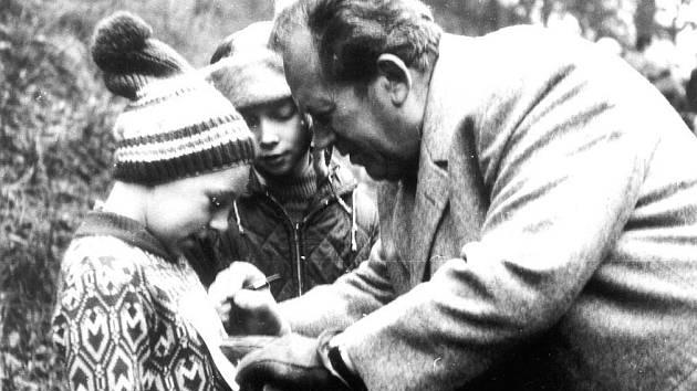 Spisovatel Václav Čtvrtek, otec Rumcajse, Manky a Cipíska, při autogramiádě na startu jednoho z Mikulášských běhů v Bradech u Jičína.