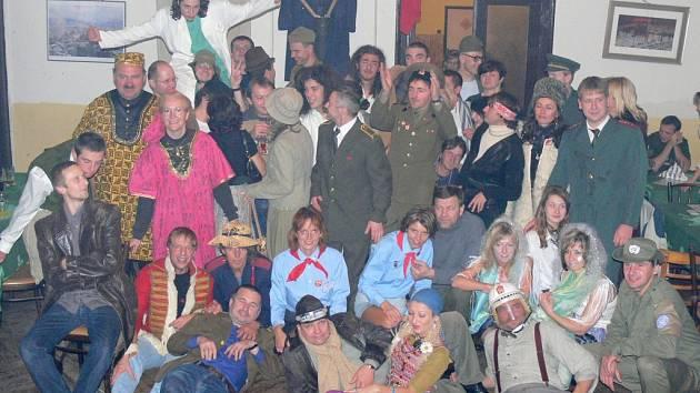Pravidelní účastníci recesistického večírku.