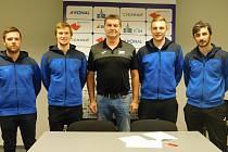 Hned čtveřice hráčů prodloužila v zimní přestávce v Jičíně smlouvu. Zleva David Krahulec, Martin Hlava, Petr Babák (sportovní ředitel), David Machalický a Jiří Dolejší.