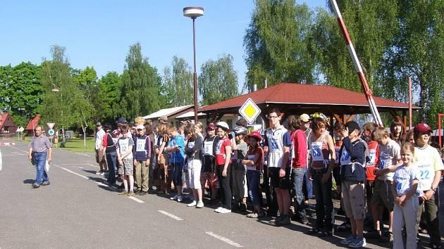 Ze soutěže cyklistů na dopravním hřišti.