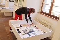 Instalace výstavy díla Anny Mackové.