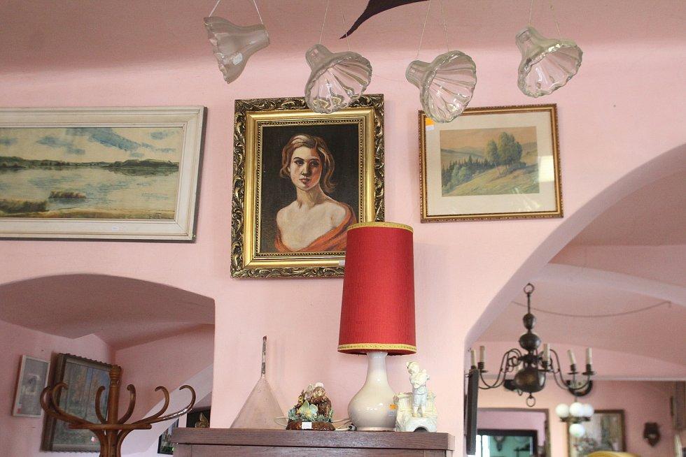 Fotky, obrázky a jiné drobné předměty slouží hlavně jako dekorace.