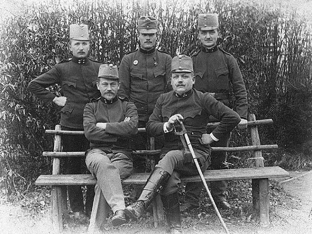 Uniformy jim možná slušely, ale z války se jich mnoho nevracelo. Na frontách padly statisíce Čechů, ilustrační foto.