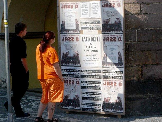 Poutač zvoucí na koncert Decziho a Jazz Q.
