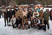 Závody na historických lyžích.