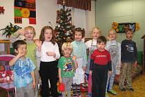 Děti z Mateřské školy Větrov v Jičíně také přejí všem hezké svátky a hodně dárků.